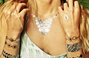 flash tattoos neklace metaliczne tatuaże hit blogerek